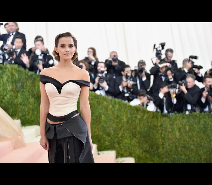 """Emma Watson transforma-se na """"fada do livro"""" em Paris"""