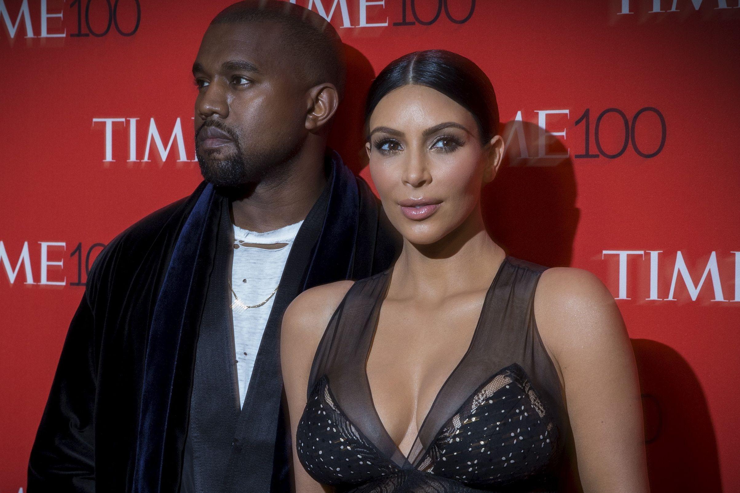 """Ansiosos, Kim Kardashian e Kanye West agem como """"pais de primeira viagem"""""""