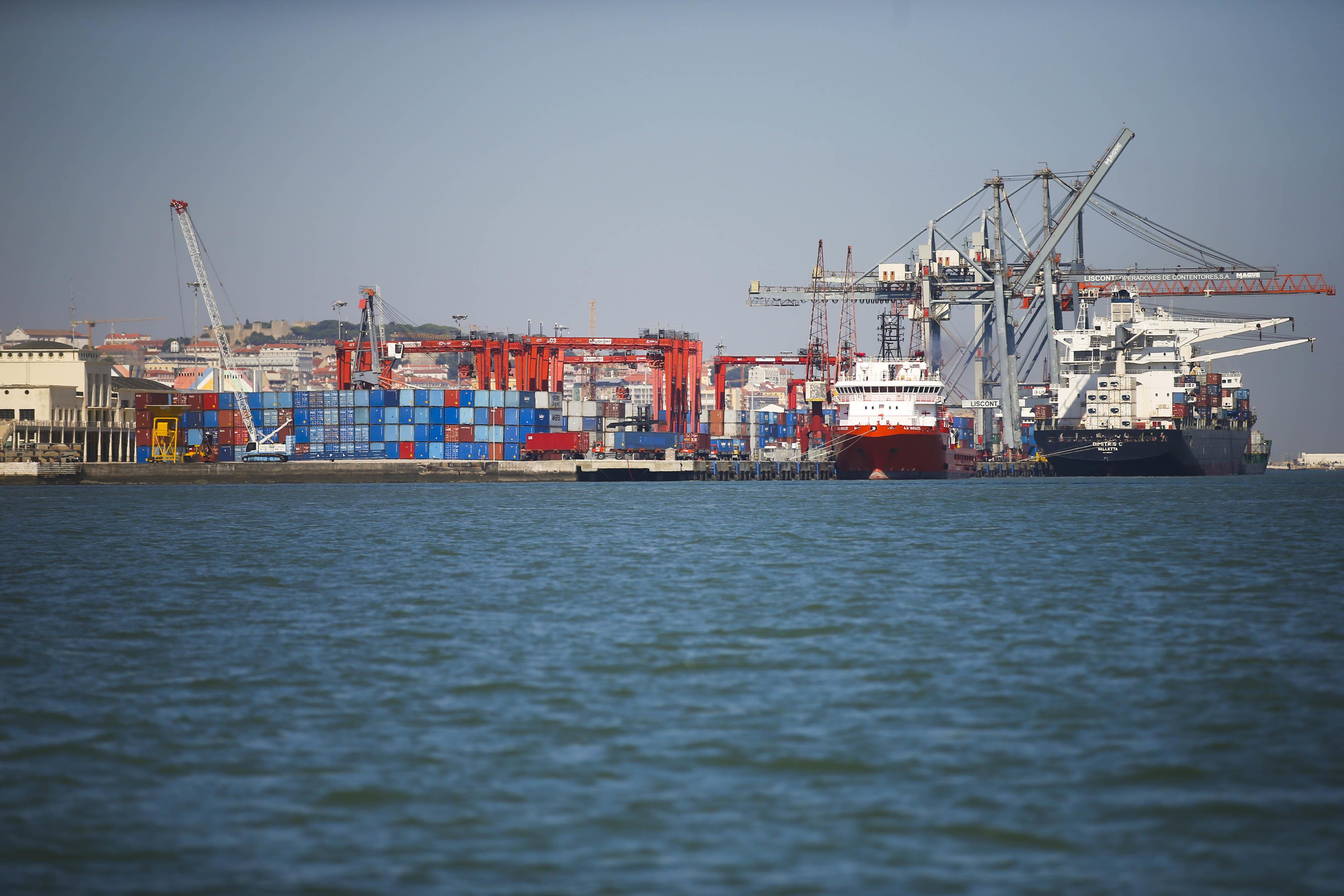 Exportações e importações de bens sobem 12% e 20% no 3.º trimestre