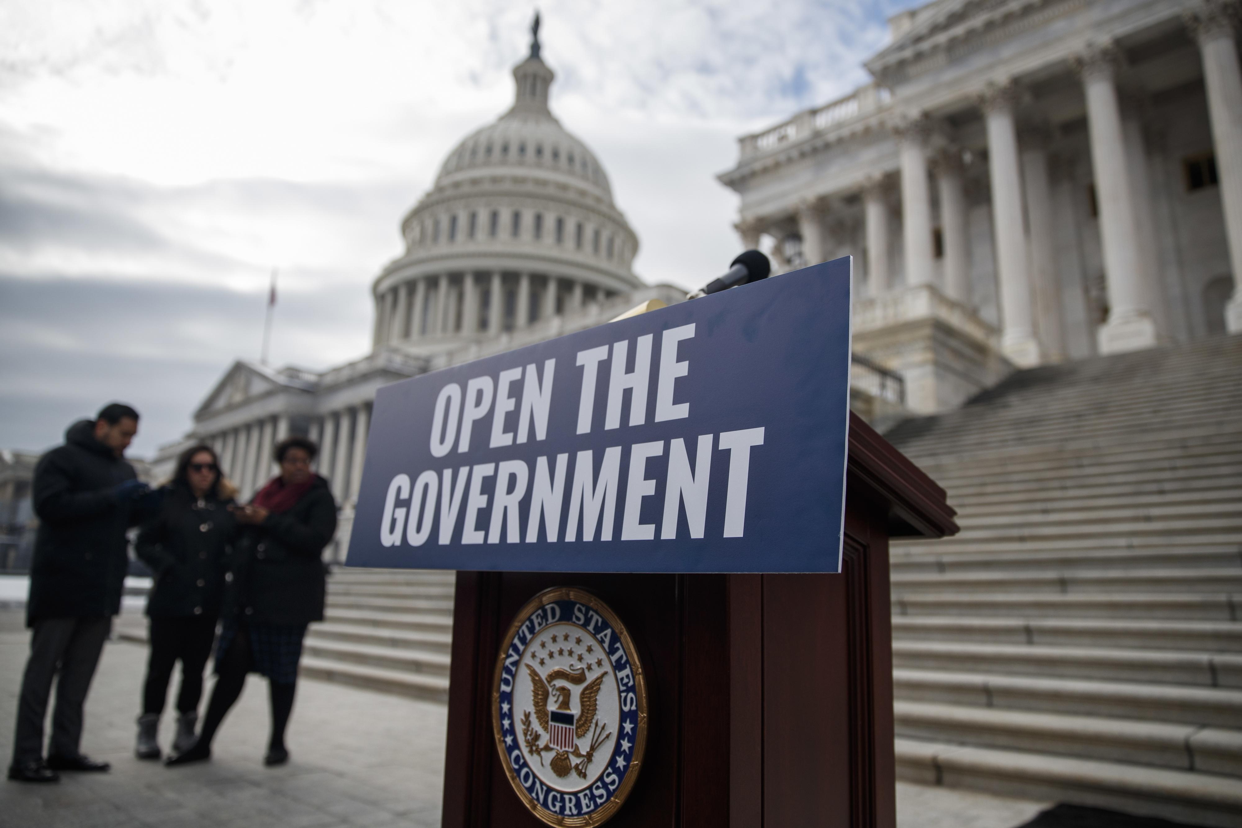 """Trump diz que vai fazer """"grande anúncio"""" sobre encerramento de serviços nos EUA"""