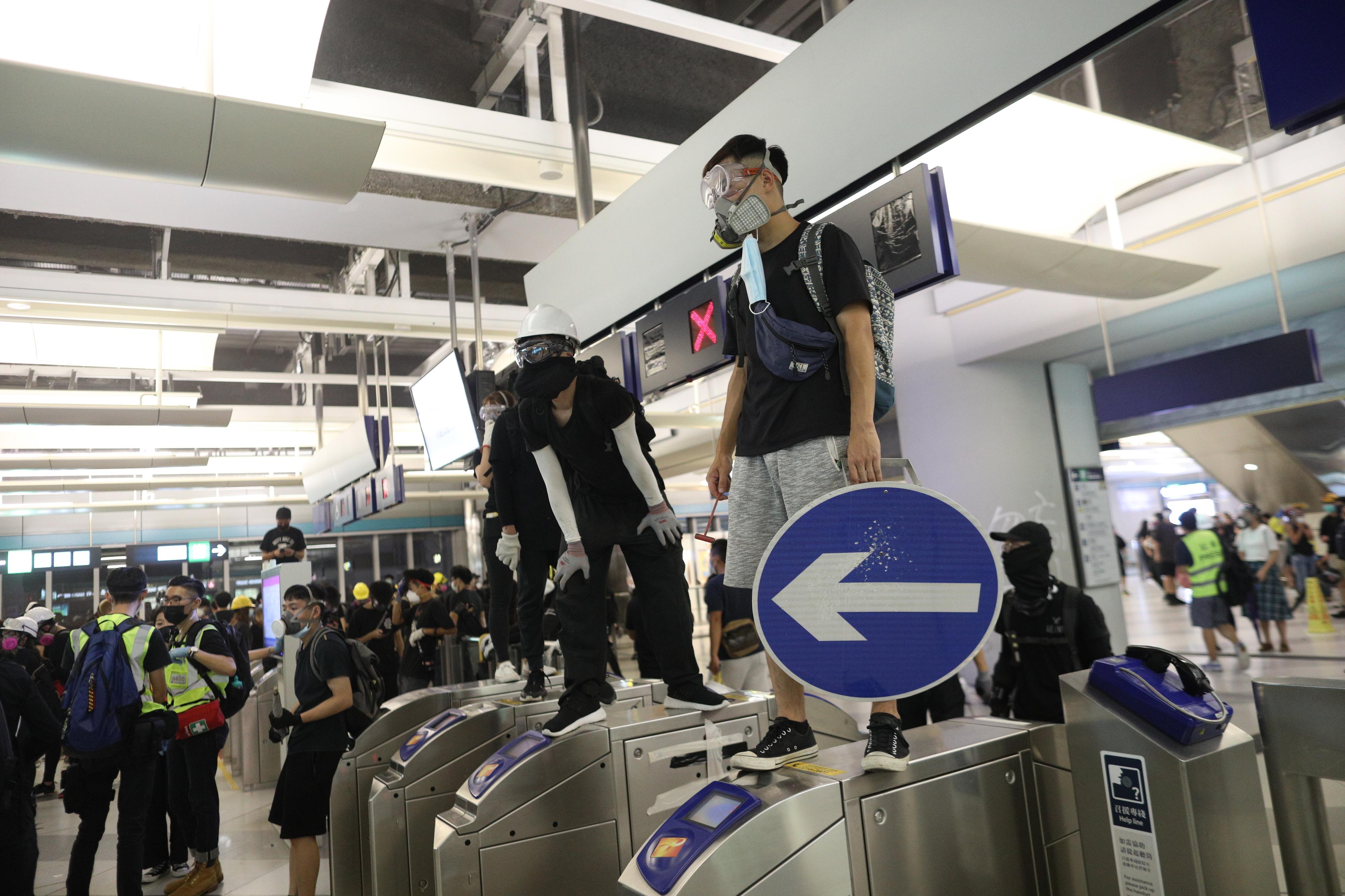 Manifestantes barricam-se em estação de metro de Hong Kong contra polícia antimotim