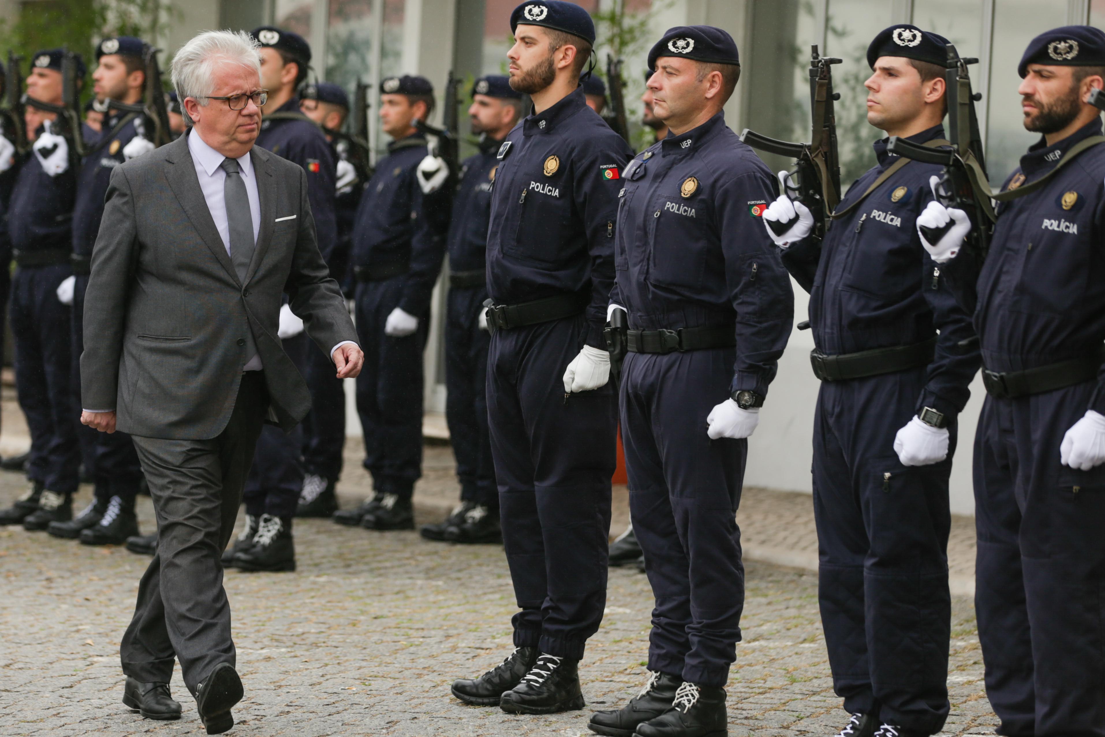 MAI prevê poupar três ME com novo modelo de gestão do fardamento dos polícias