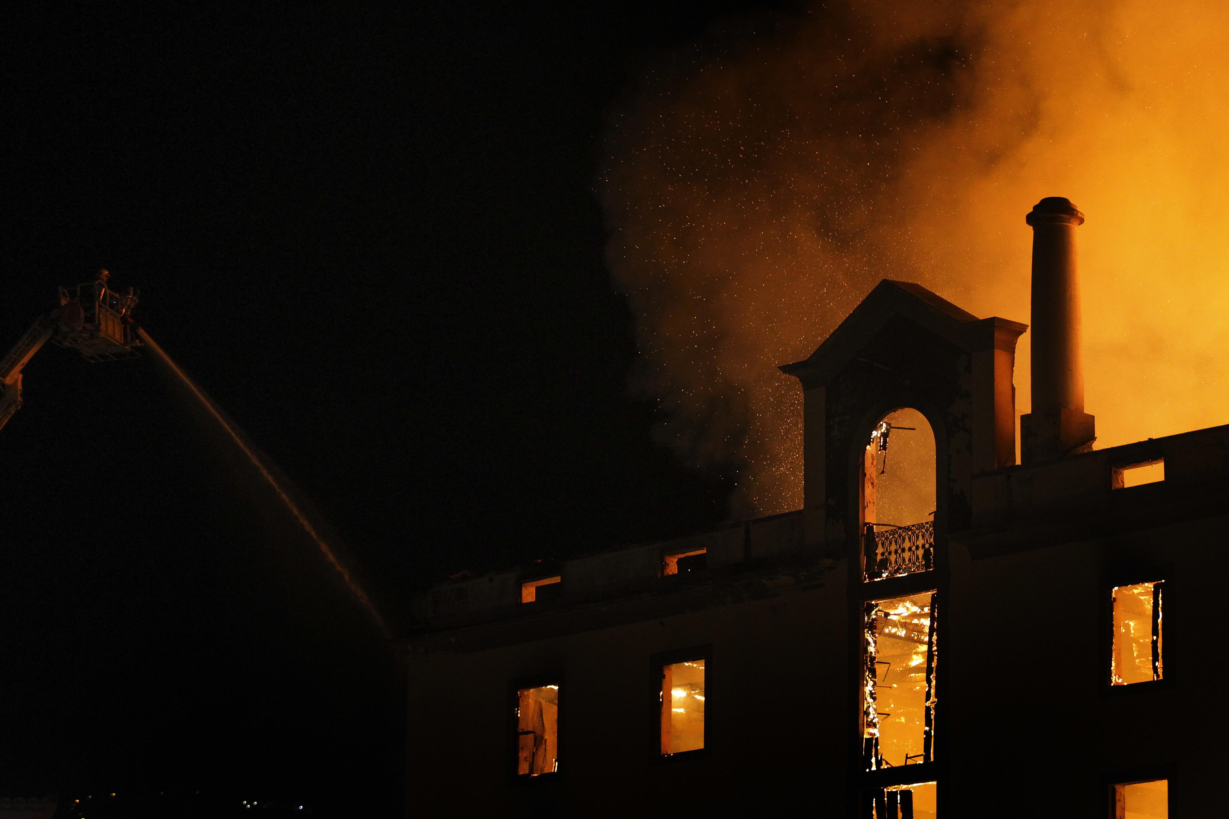 Cerca de 40 viaturas e mais de 60 bombeiros em combate a incêndio no Funchal