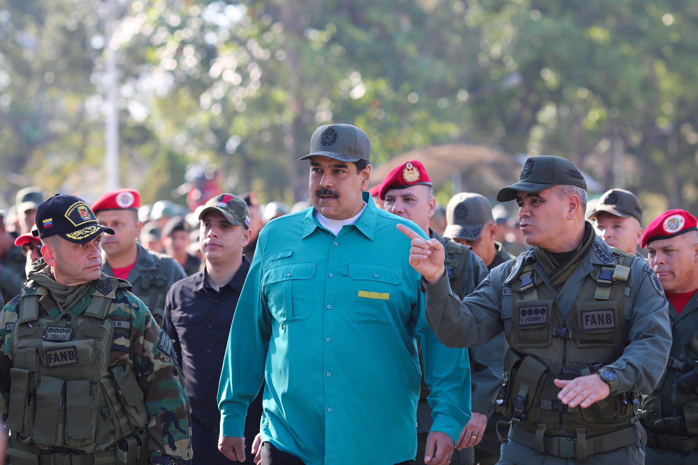 """Exército venezuelano jura lealdade """"inflexível"""" a Maduro e diz estar """"alerta"""" às fronteiras"""