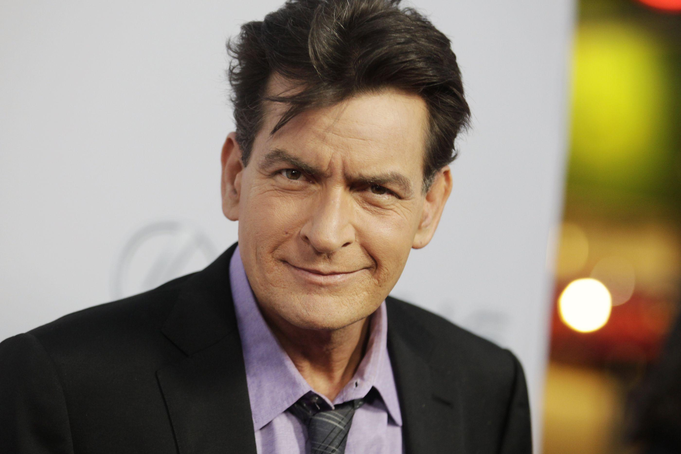 Charlie Sheen está a ser processado por 'ex' num caso que envolve HIV