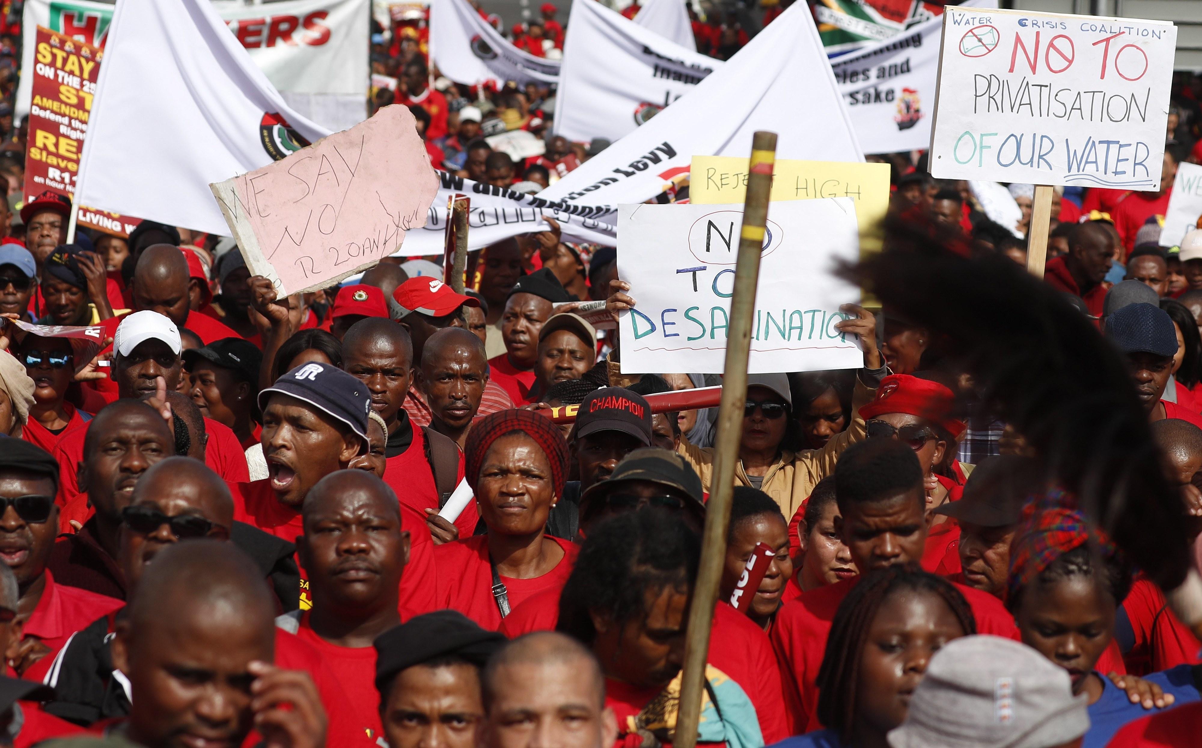Manifestações contra valor de salário mínimo juntam cerca de 10.000 na África do Sul