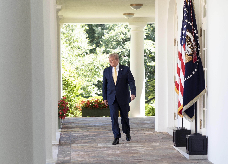 Trump apresenta recandidatura em comício esgotado e com adversários desalinhados