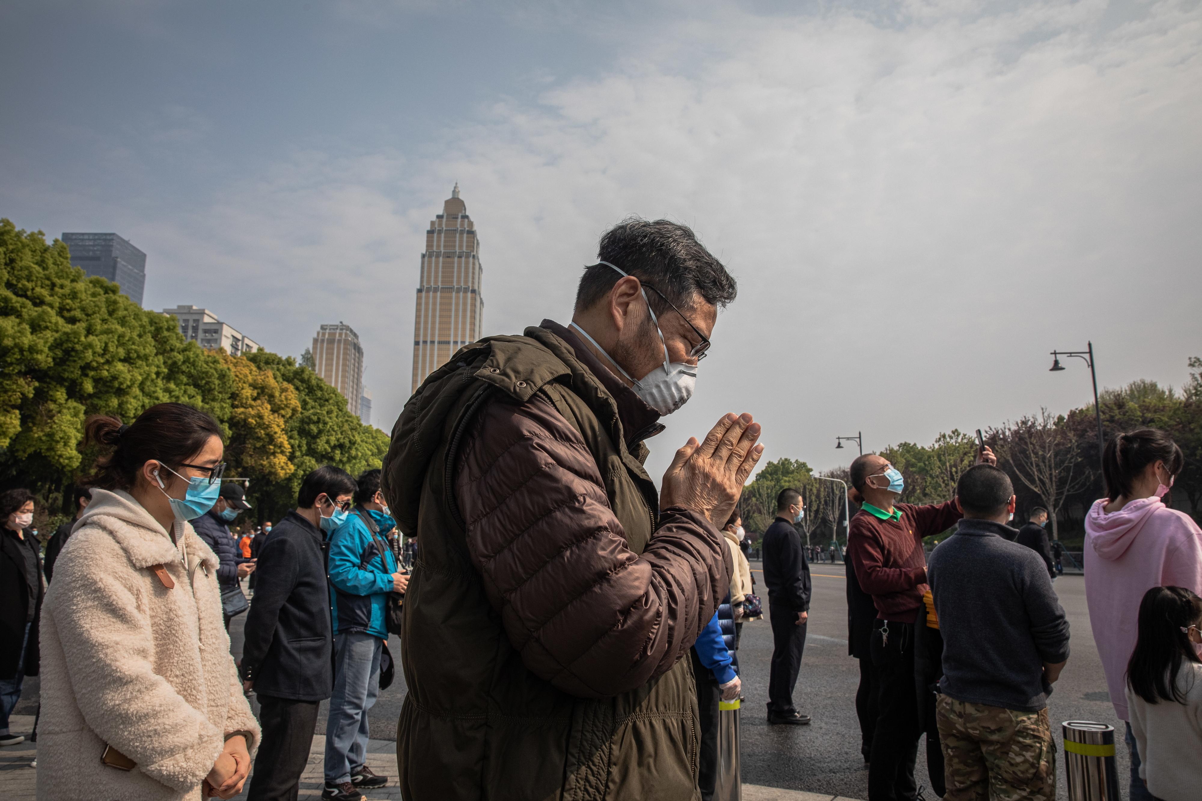 Chineses pararam  três minutos em homenagem às vítimas da pandemia