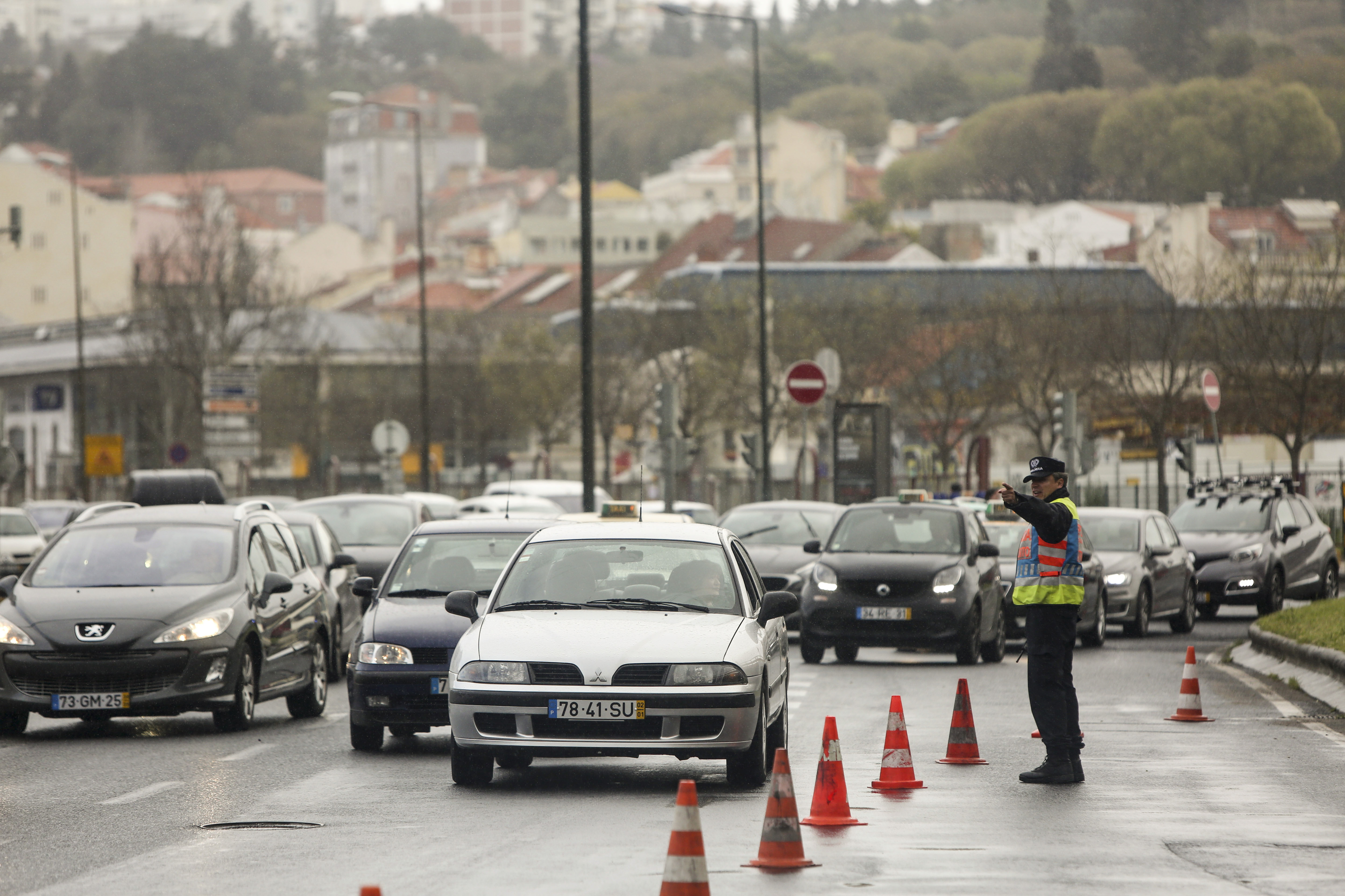 Portugueses gastam mais de oito horas em deslocações durante a semana  - inquérito