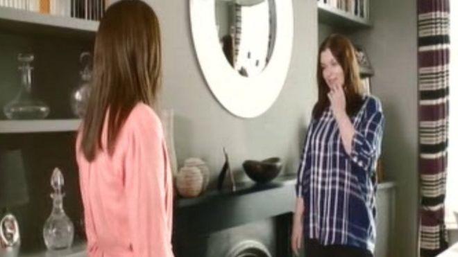 Anúncio com mulher que contracena consigo própria (mas mais magra) banido do Reino Unido