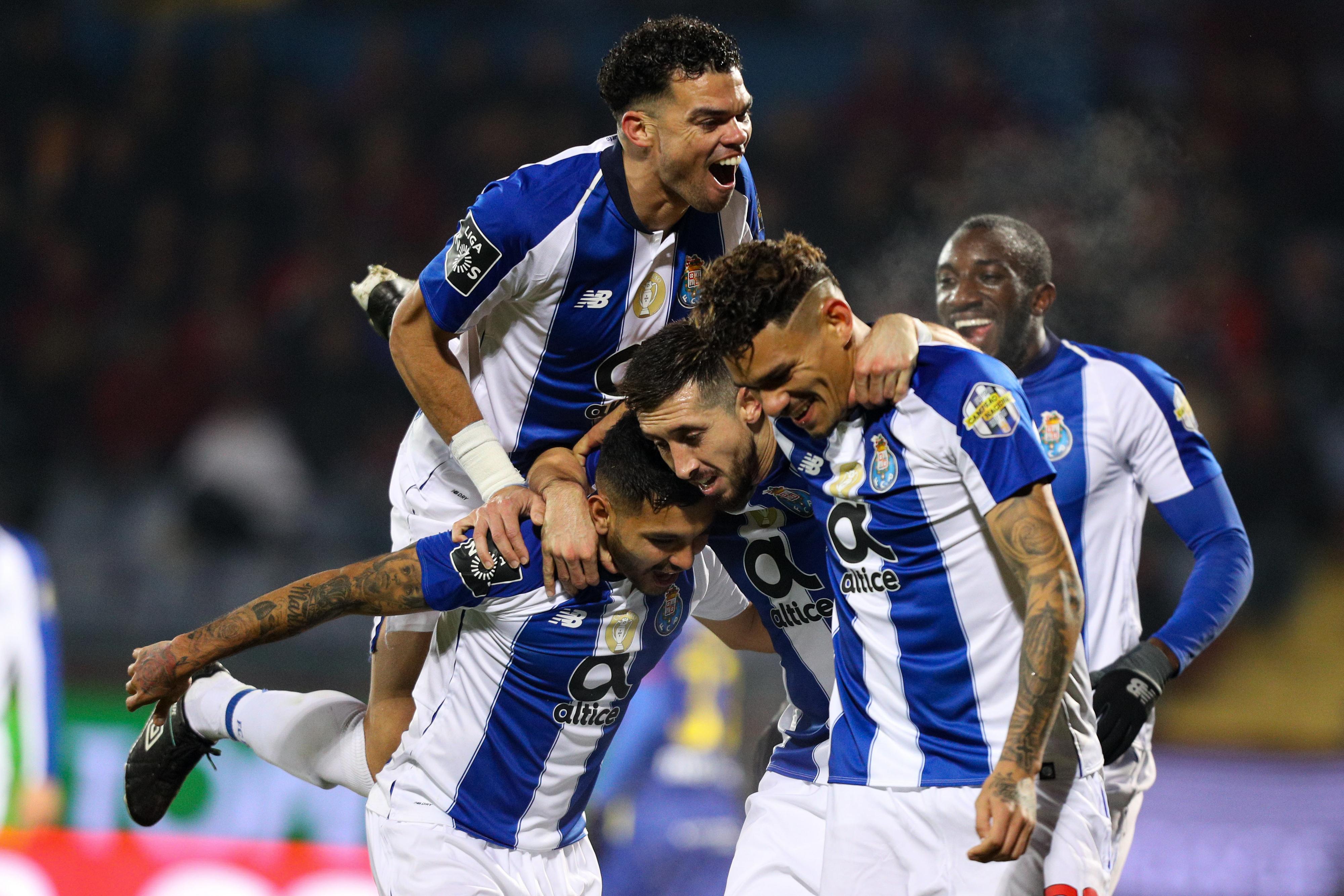 FC Porto vence em Chaves com 'hat-trick' de Soares