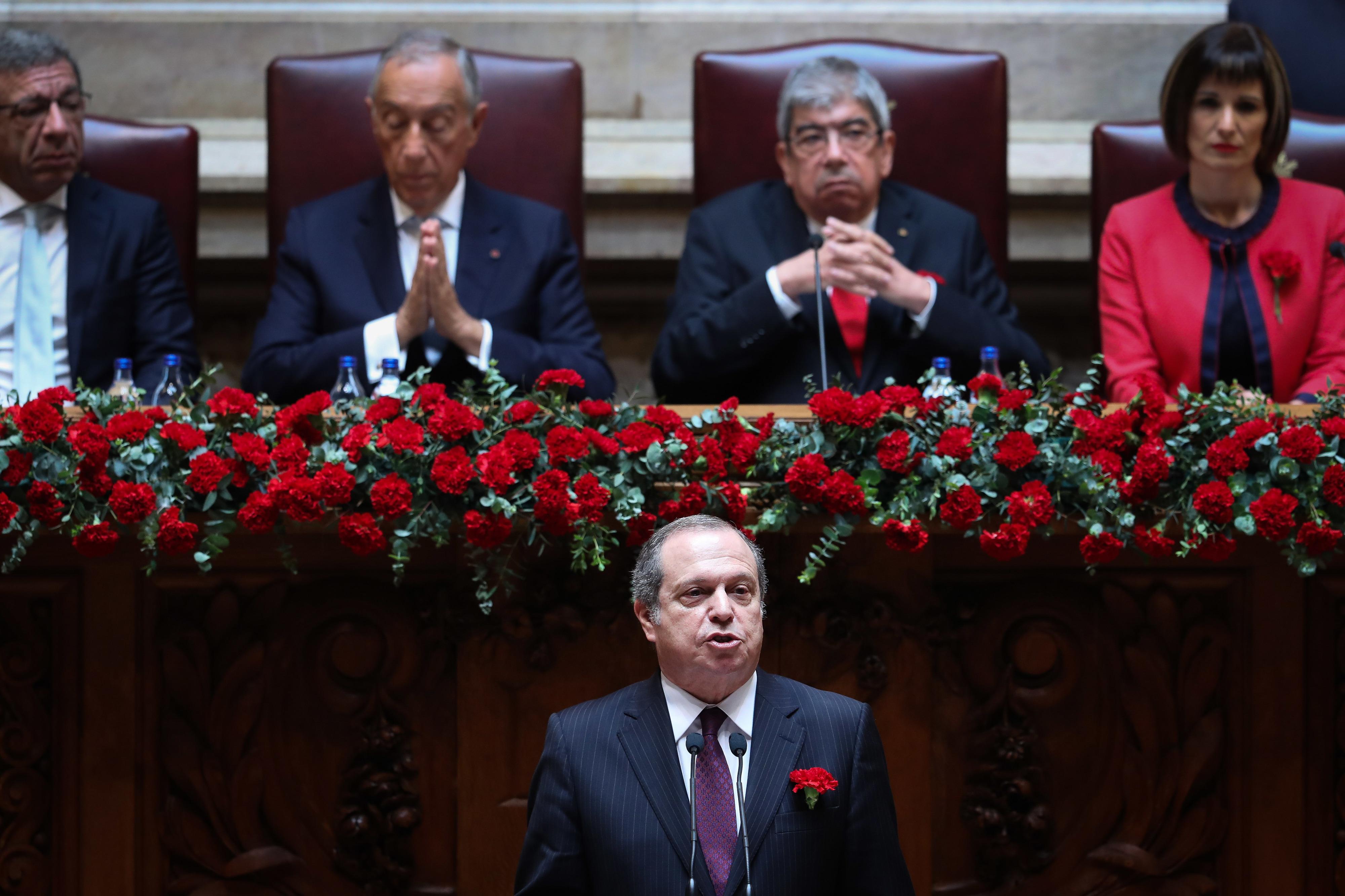 PS alerta para focos antidemocráticos e quer reforço da transparência democrática