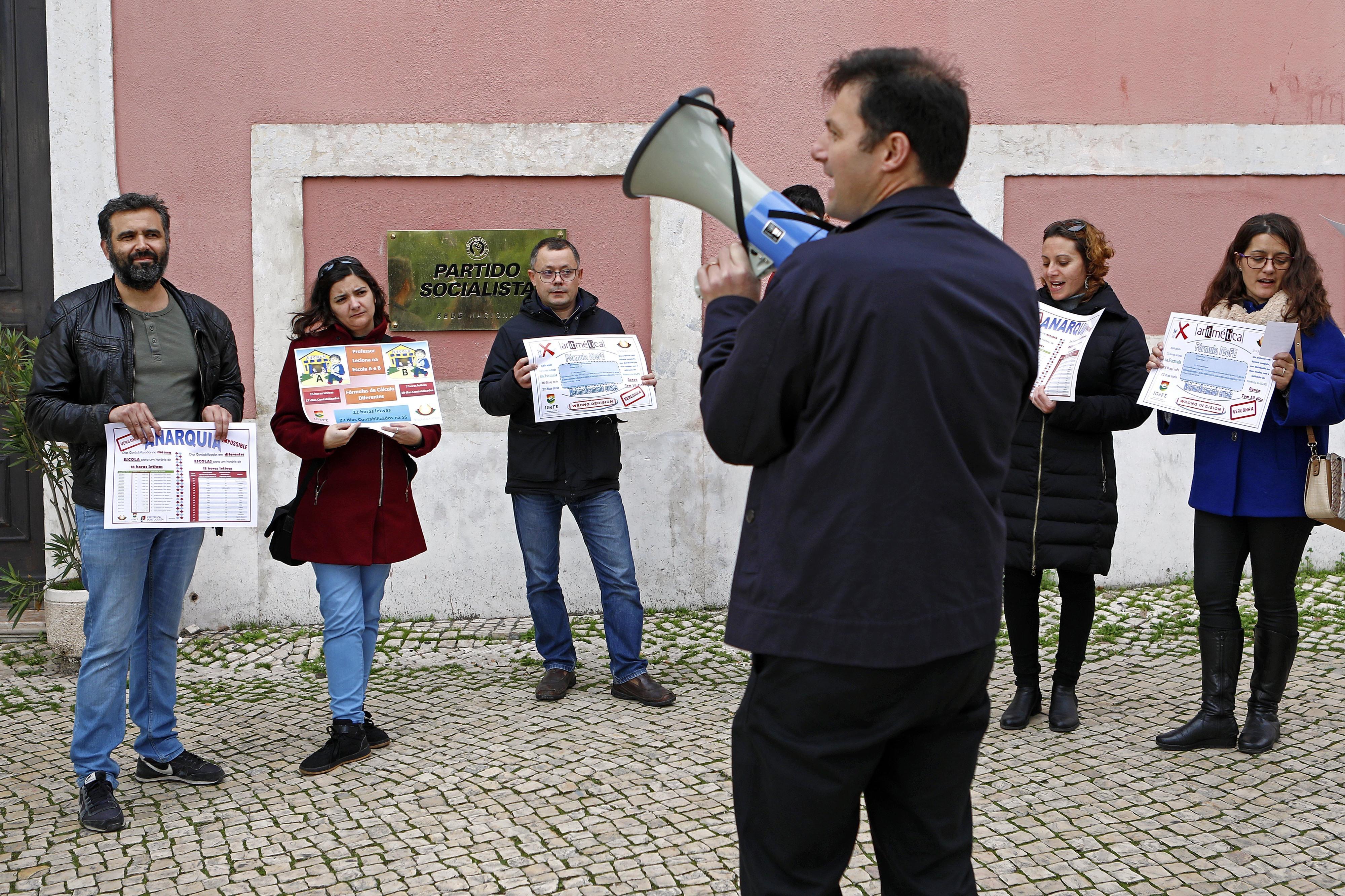 """Docentes """"lesados"""" pela Segurança Social protestam em Lisboa para exigir respostas de Governo e sindicatos"""
