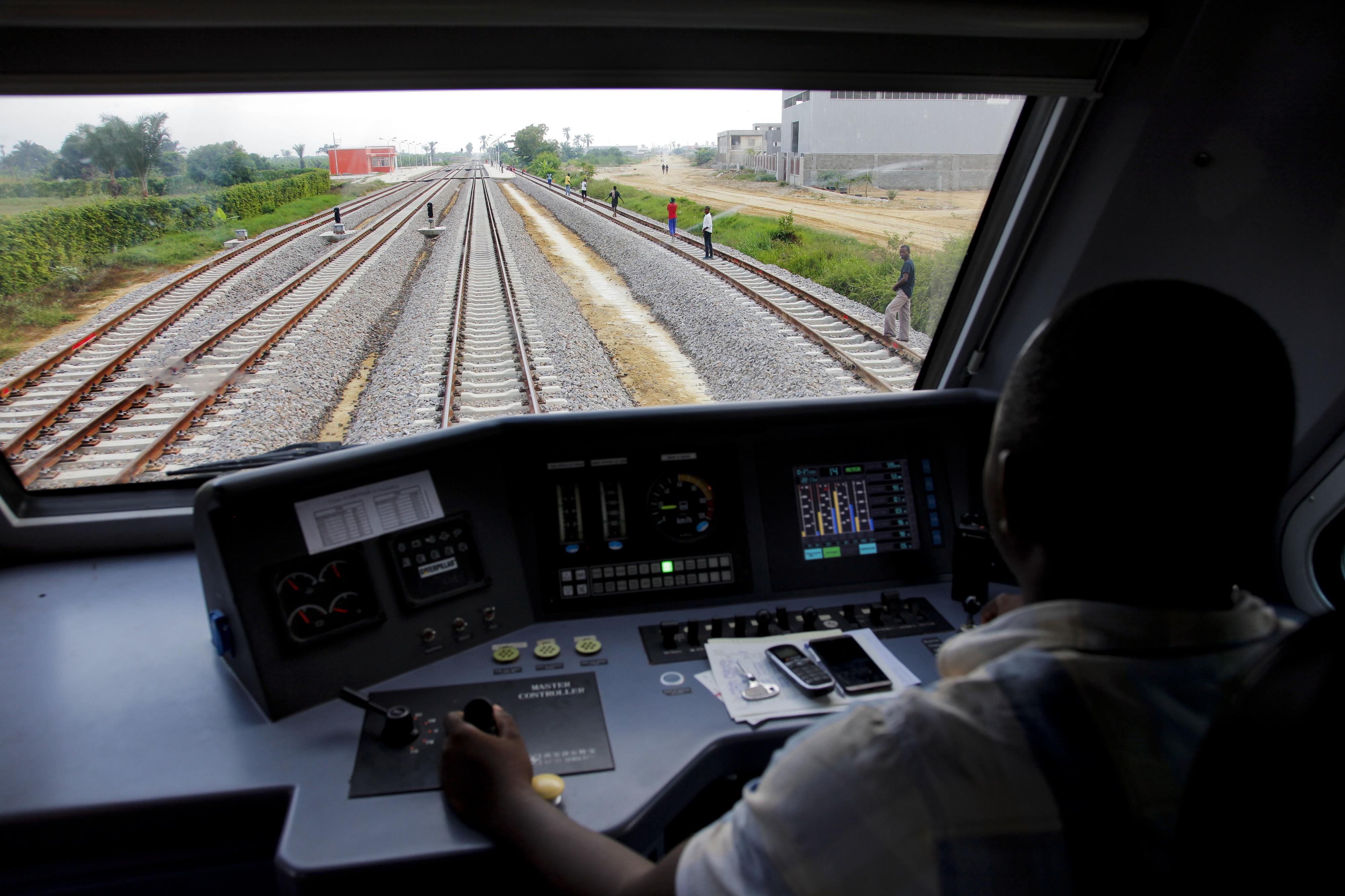 Miniautocarro colhido por comboio em Luanda provoca um morto e três feridos