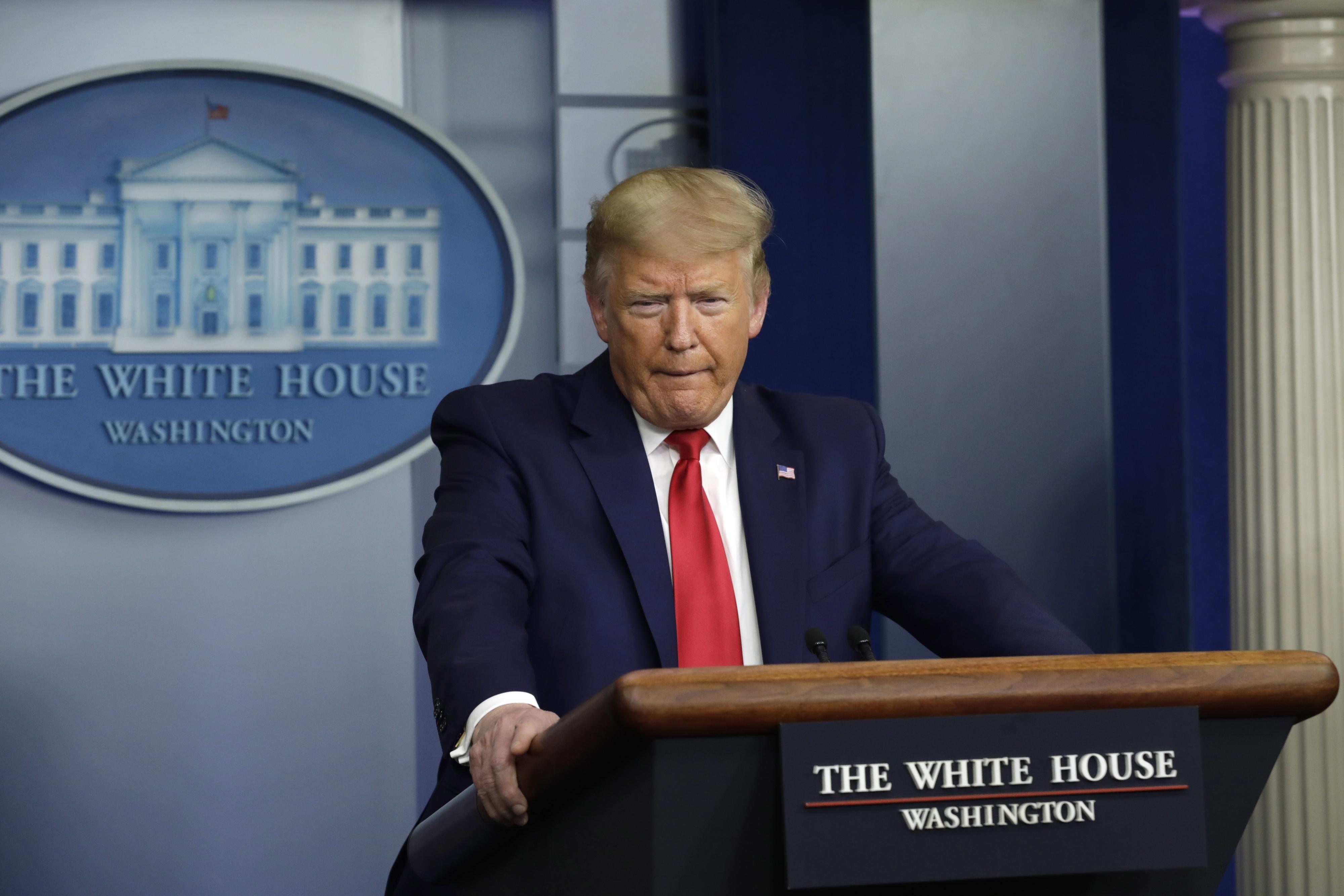 Trump contraria autoridades de saúde e recusa usar máscara