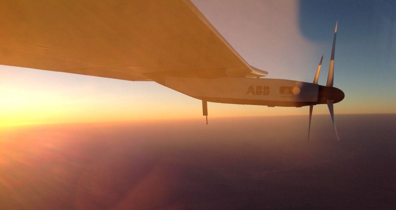 Avião Solar Impulse 2 regressa a Abu Dhabi e completa viagem histórica em torno do mundo
