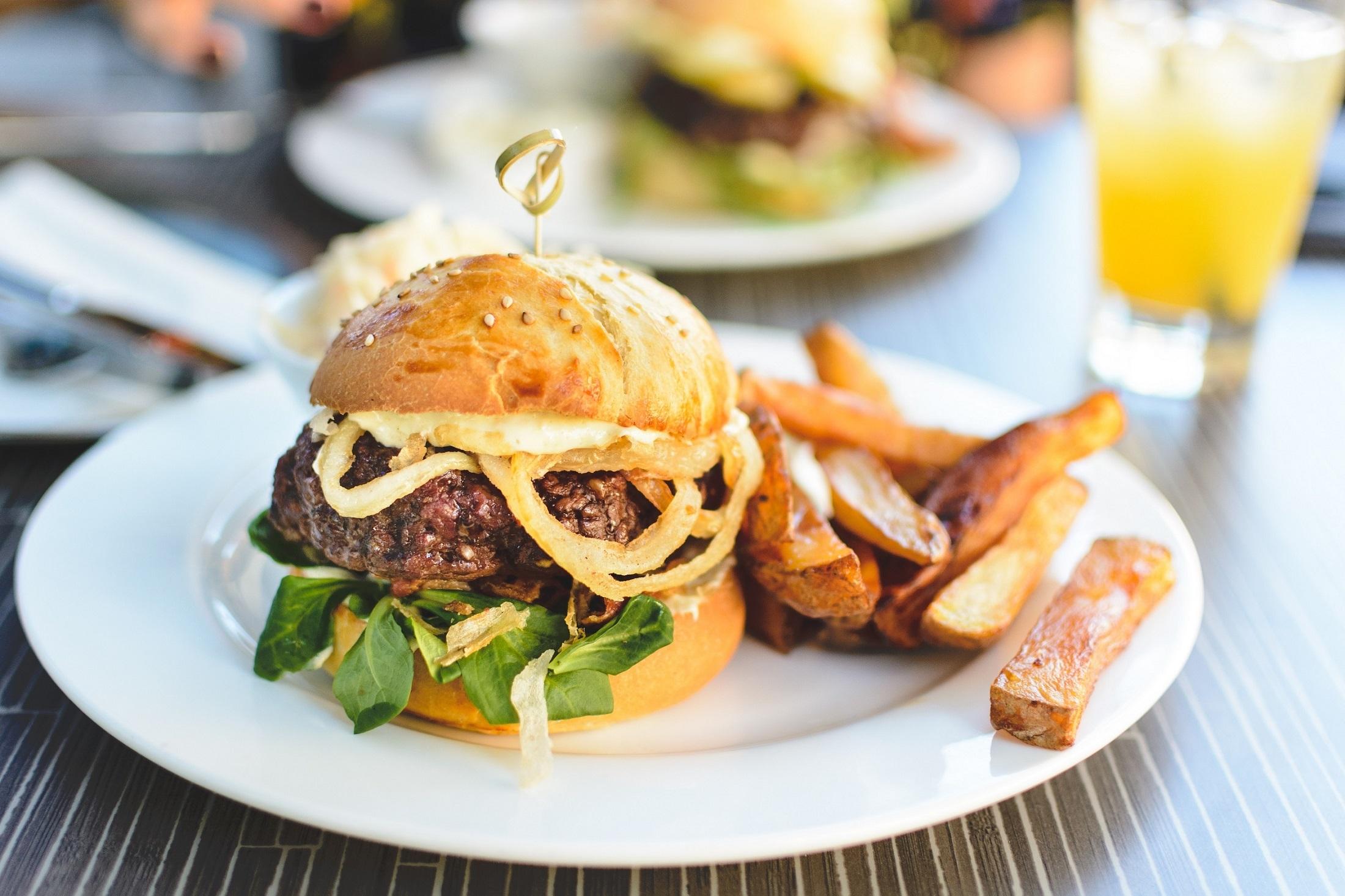 Basta um hambúrguer para afetar o metabolismo e aumentar o risco de diabetes
