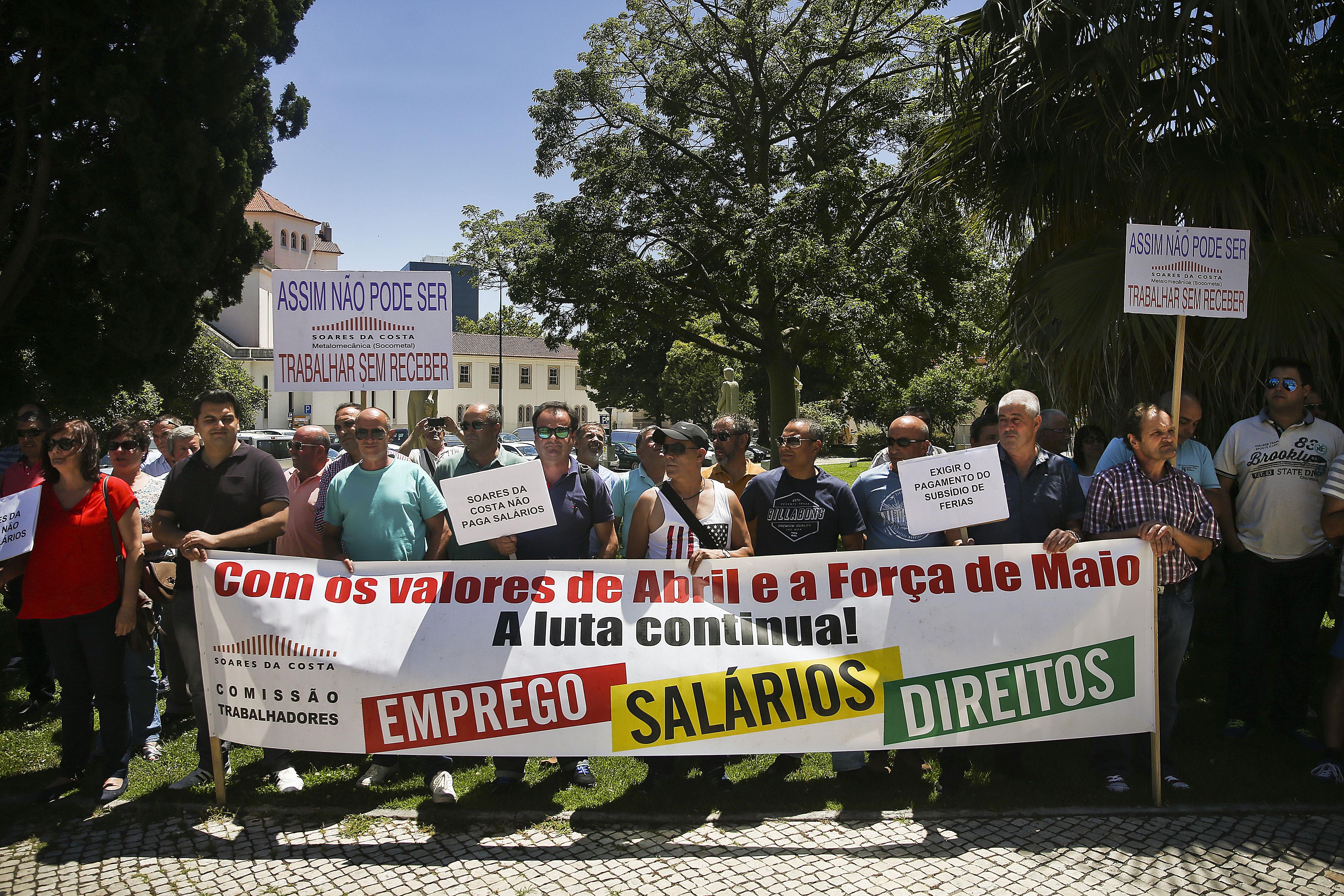 Trabalhadores da Soares da Costa manifestaram-se no Porto exigindo salários em atraso
