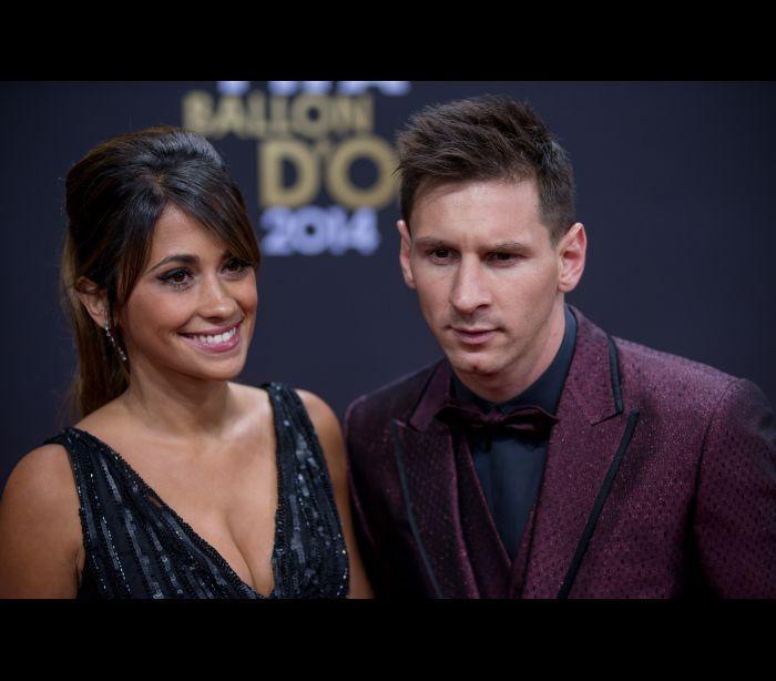Mulher de Messi faz tatuagem dedicada ao jogador