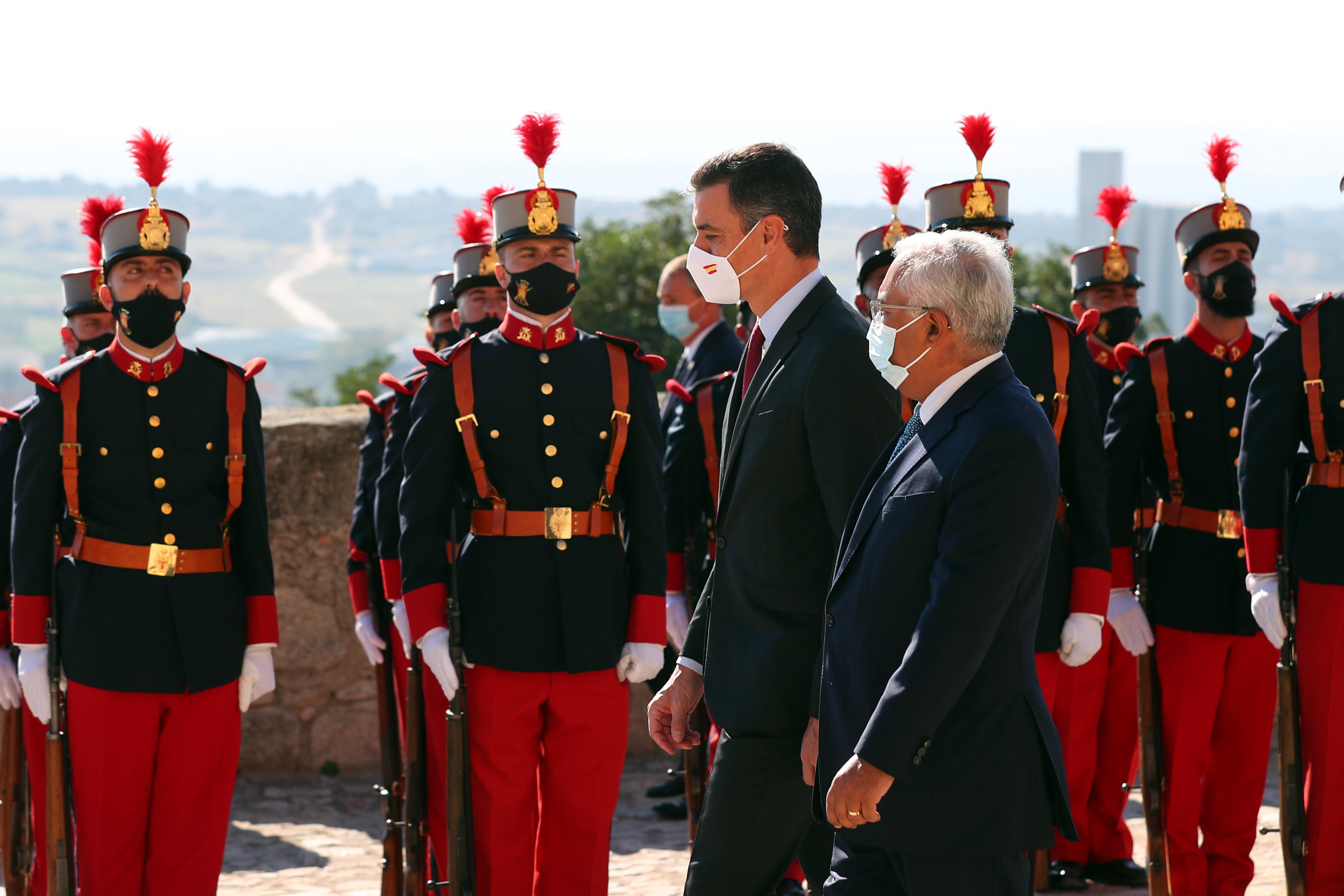 Governo português recebido com honras militares no início de reunião