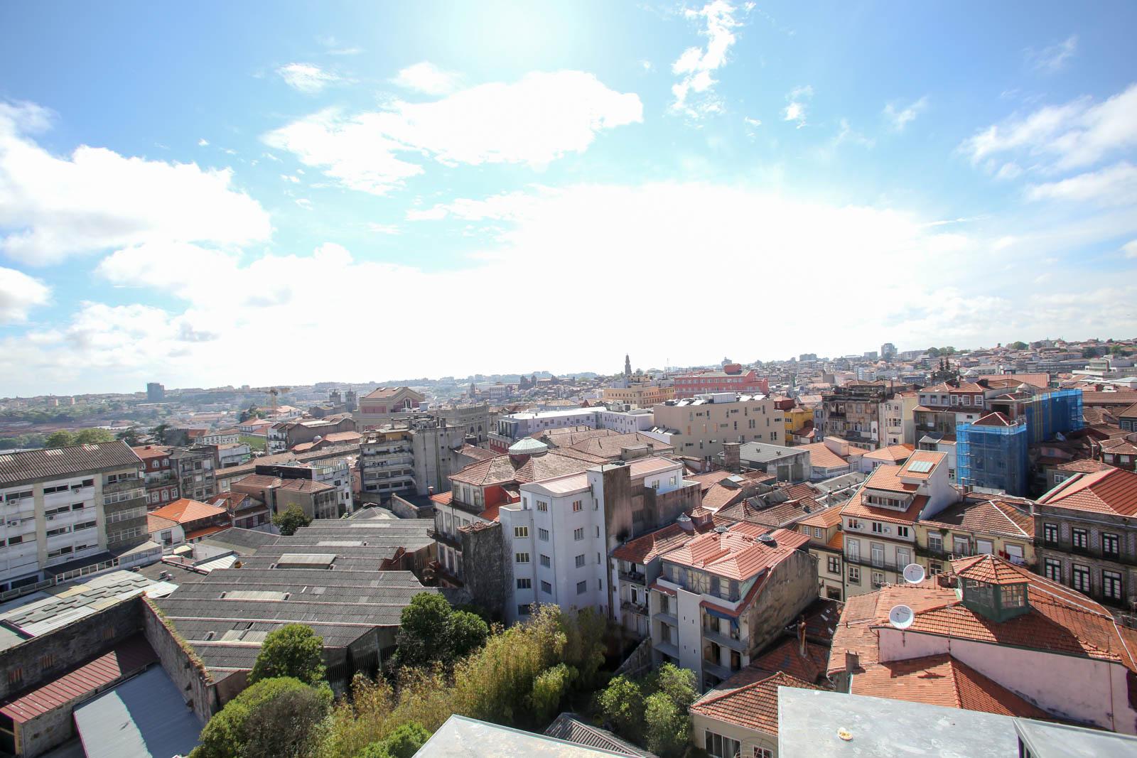 Uma festa com mais de cem vinhos com vista de 360º sobre o Porto