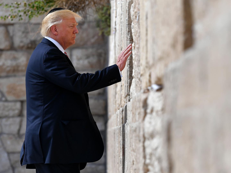 Trump visitou o Muro das Lamentações e cumpriu a tradição de deixar um pedido entre as pedras