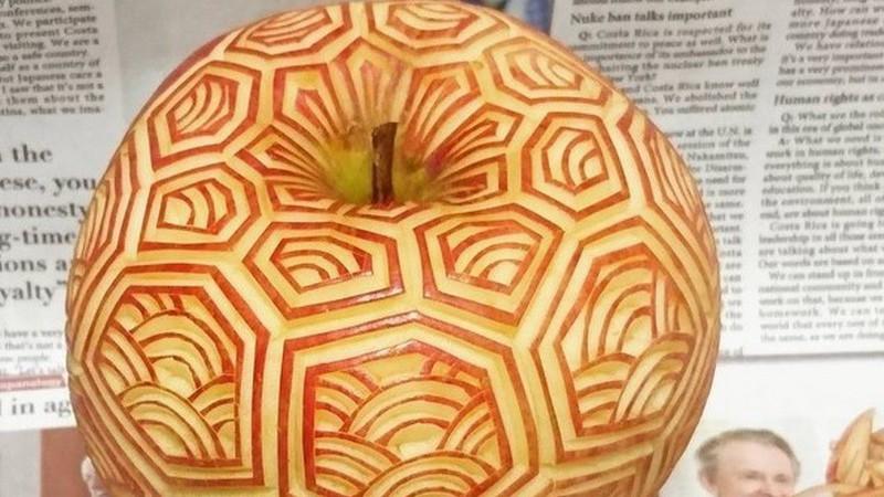 Tempo livre, uma faca e uma maçã? Não a coma, esculpa-a como um japonês