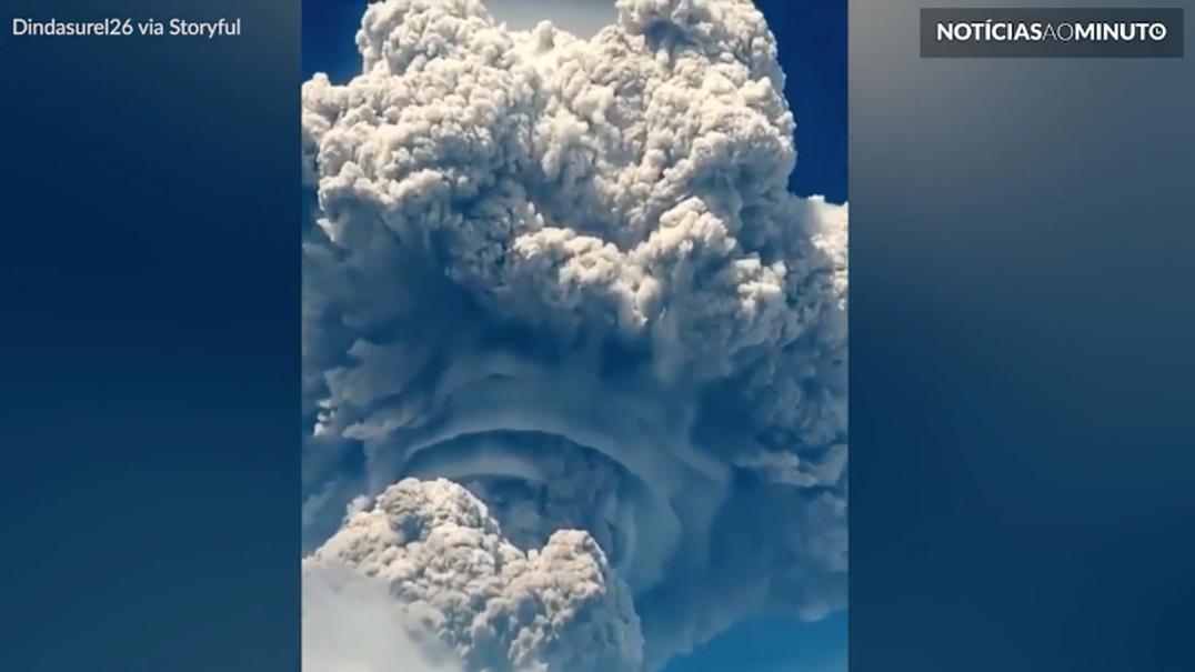 Nuvem gigantesca surge após erupção de vulcão na Indonésia