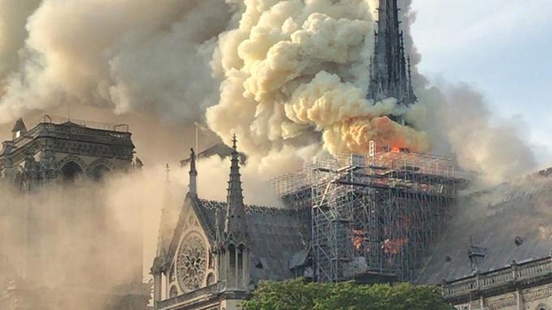Catedral de Notre Dame em Paris ardeu. Veja os vídeos