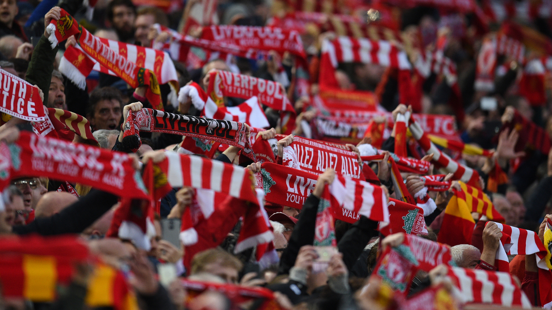 "Adeptos do Liverpool cantam ""you'll never walk alone"" por cima do hino da Champions"