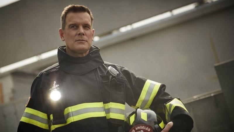 """""""9-1-1"""". A série que rejeita anti-heróis e conta histórias dos que """"correm em direção ao perigo"""""""
