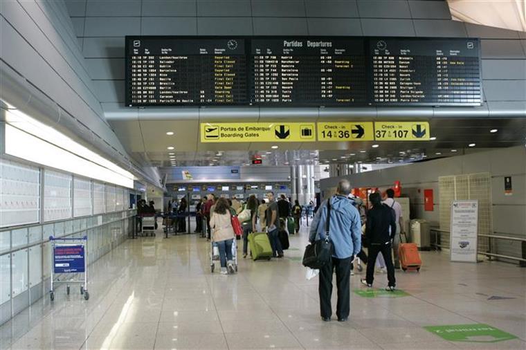 SEF interceta passageiros com documentos falsos nos aeroportos de Lisboa e Porto