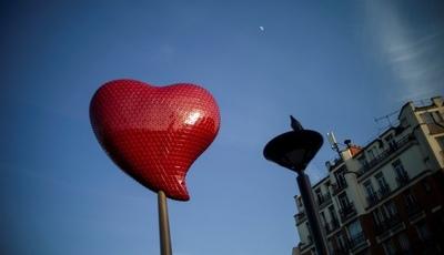 """O """"coração de amor"""" entre Paris e Lisboa é de Joana Vasconcelos e já bate no 18.º bairro"""
