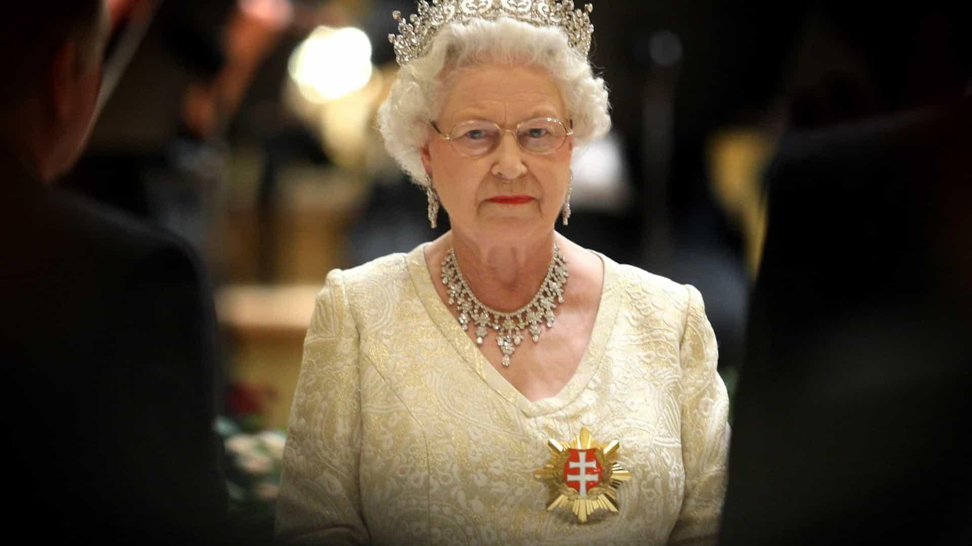"""Rainha Isabel II terá """"perdido o controlo"""" do palácio, diz especialista"""