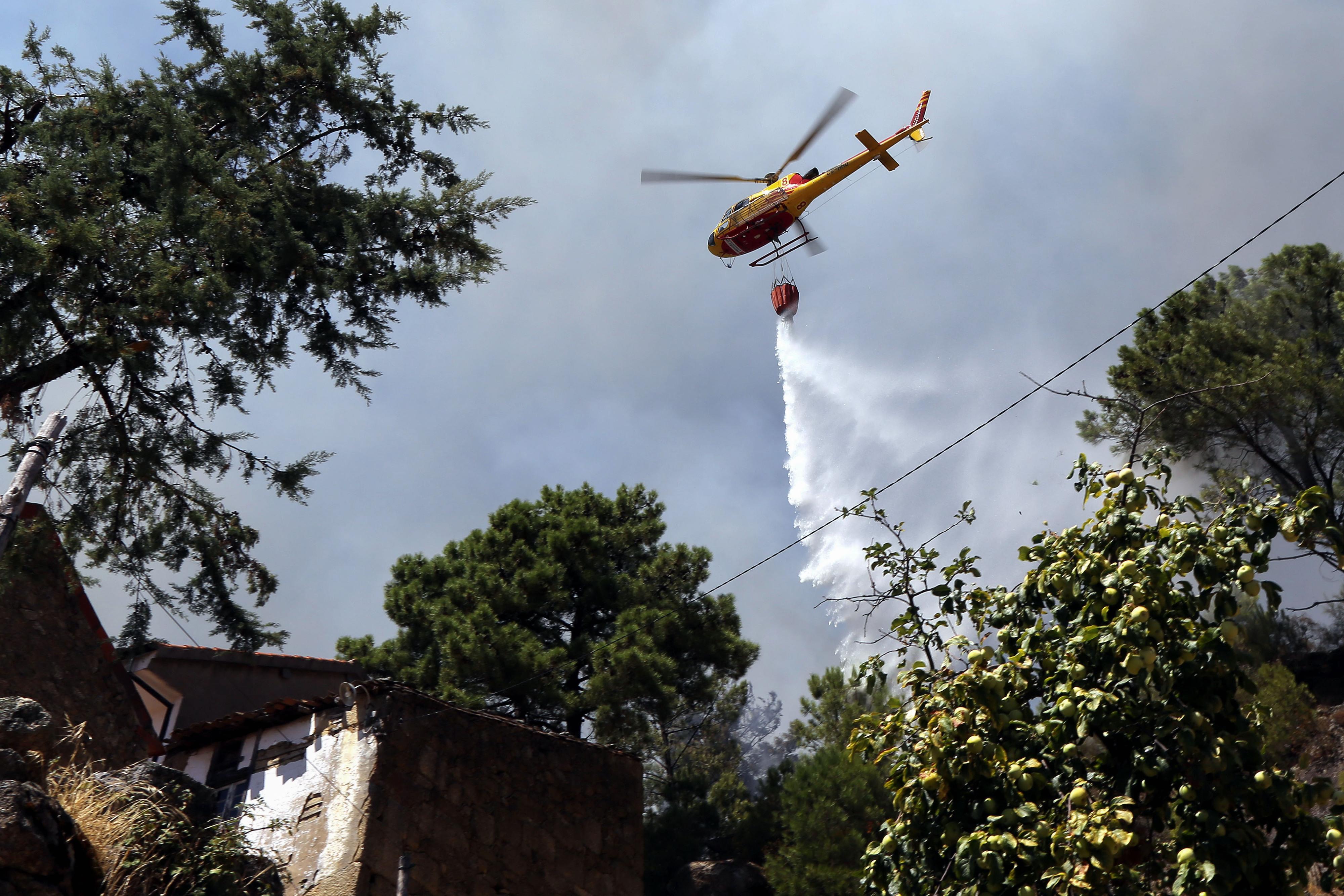 Mais de 100 operacionais e dez meios aéreos no incêndio em Rio Caldo, Terras do Bouro