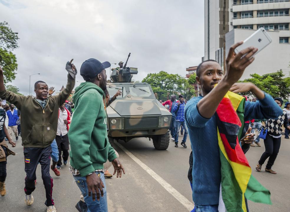 Zimbabué: Militares travam milhares que se dirigem para palácio presidencial
