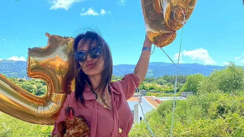 Modelo Lúcia Garcia celebra 40 anos... na companhia de uma galinha