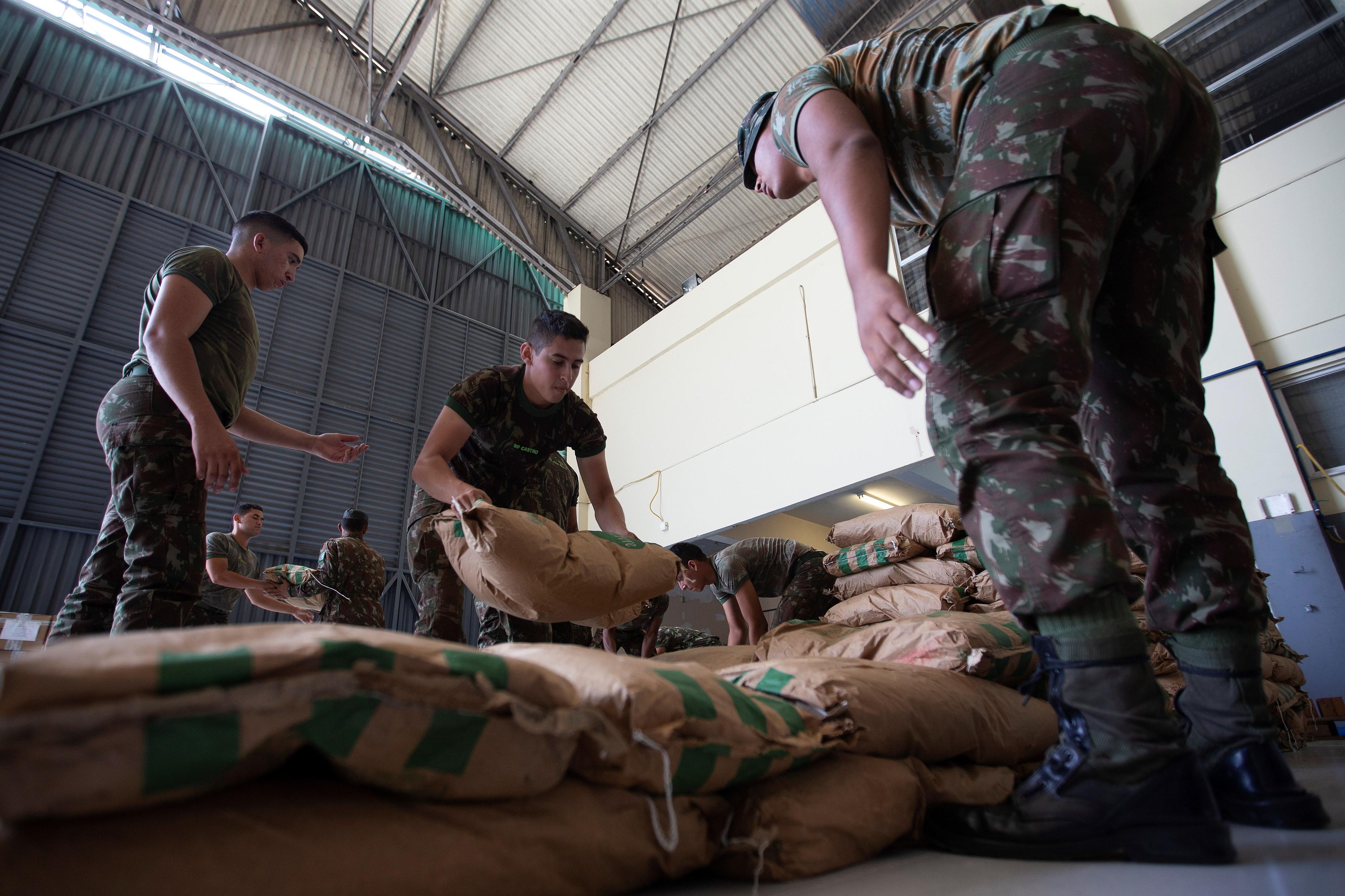 Governo brasileiro tem 200 toneladas de alimentos para doar a venezuelanos