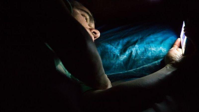 Adolescentes: problemas de sono podem ser resolvidos se usarem menos ecrãs à noite