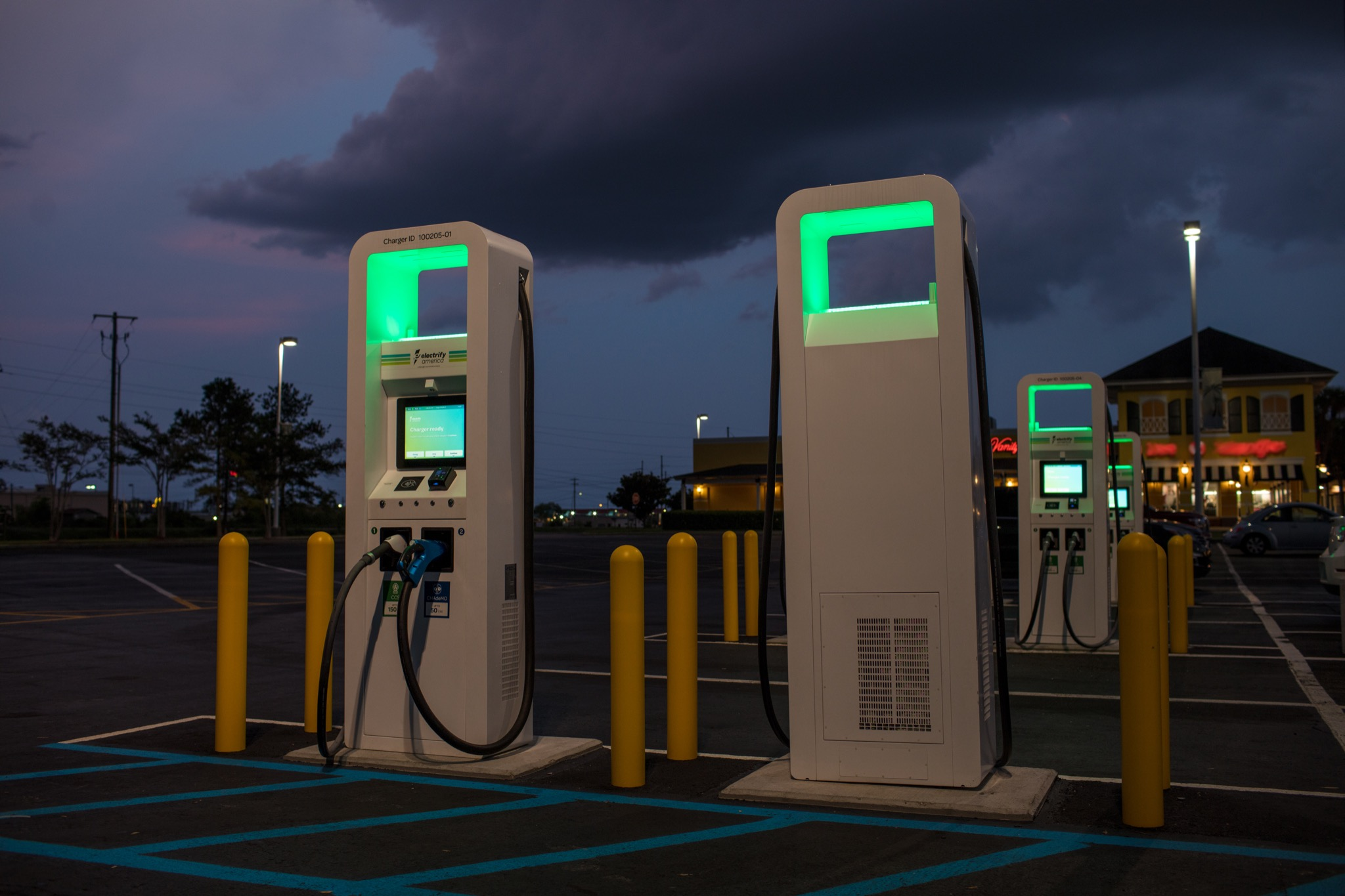EUA: posto de abastecimento troca combustíveis fósseis por carregamentos elétricos