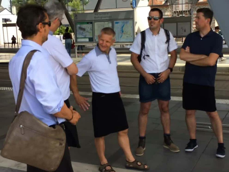 Mais de 30ºC e não podem usar calções? Então eles usam saia