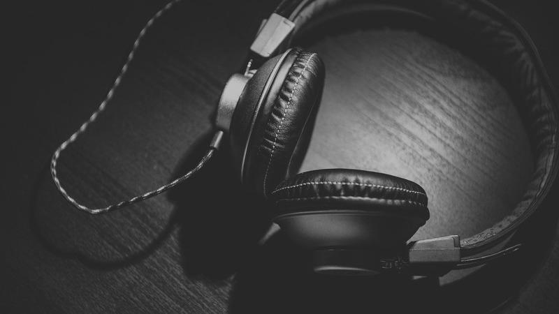 """""""Prefiro escutar conteúdo erótico do que vê-lo"""". Estes podcasts andam em sintonia com o desejo feminino"""