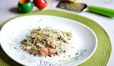 Salada morna de arroz selvagem e camarão