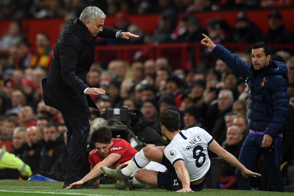 Uma derrota e uma cabeçada no joelho: a noite não correu bem a Mourinho