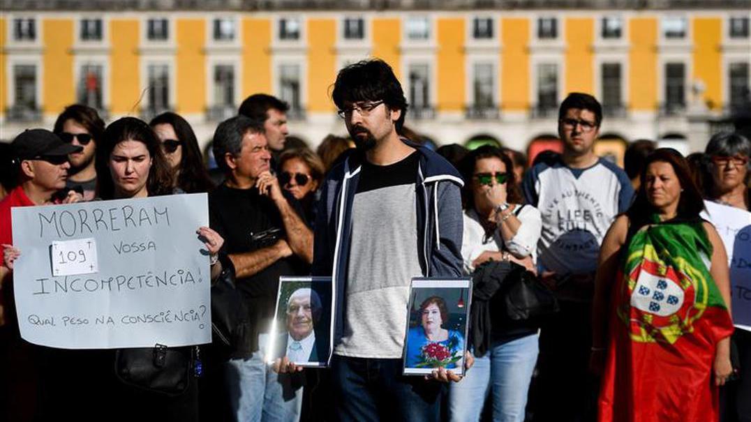 Várias cidades homenageiam vítimas e protestam contra incêndios em Portugal
