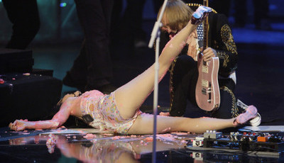 Os momentos mais constrangedores dos artistas nos palcos
