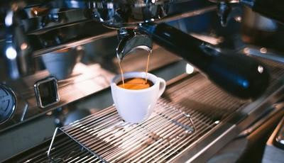 Nove sinais de que anda a beber café em excesso