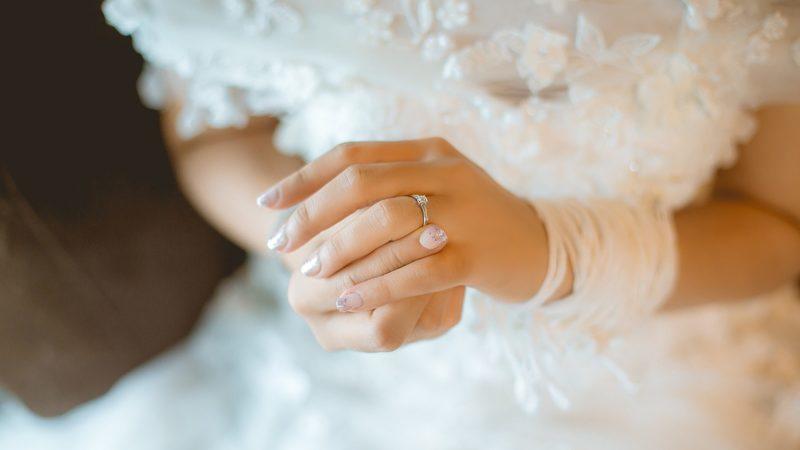 Vestidos de noiva, anéis e potes com cinzas mortuárias pagam dívidas ao Fisco