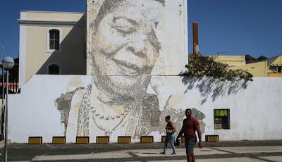 Mural de Cesária Évora feito com um berbequim por Vhils torna-se atração no Mindelo