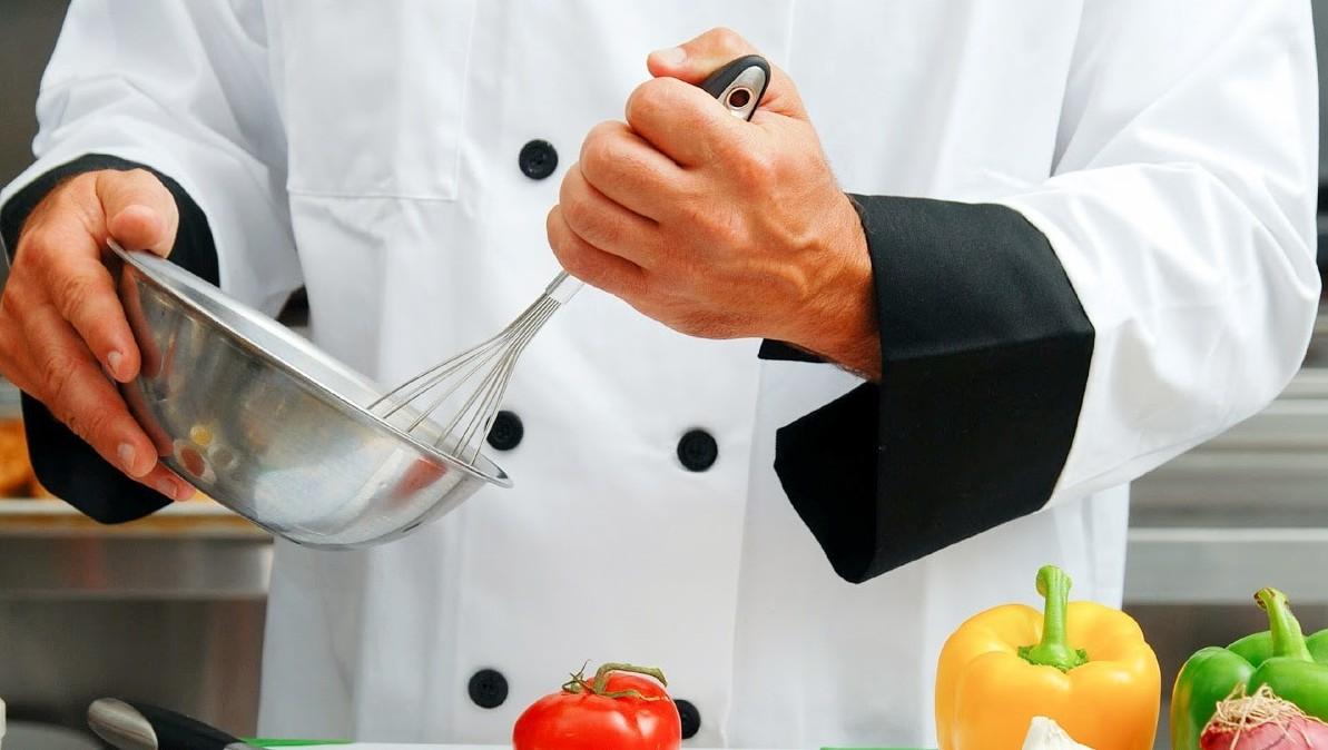 """""""A comida de tacho é melhor se mexida no sentido dos ponteiros do relógio"""". Desmontámos 7 mitos de cozinha e há muita tolice"""